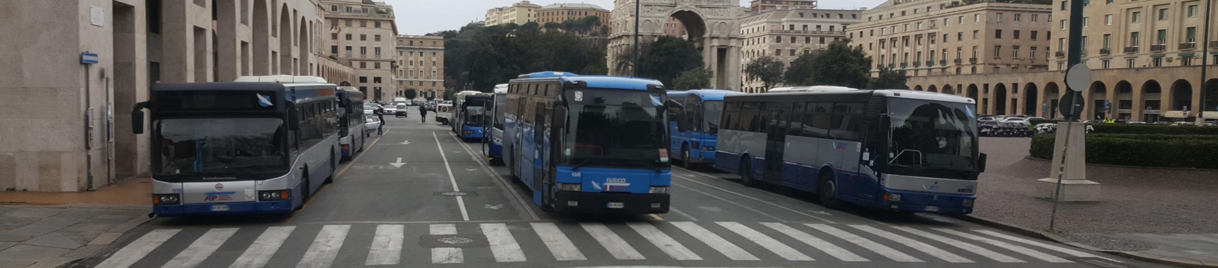 Autobus in piazza della Vittoria