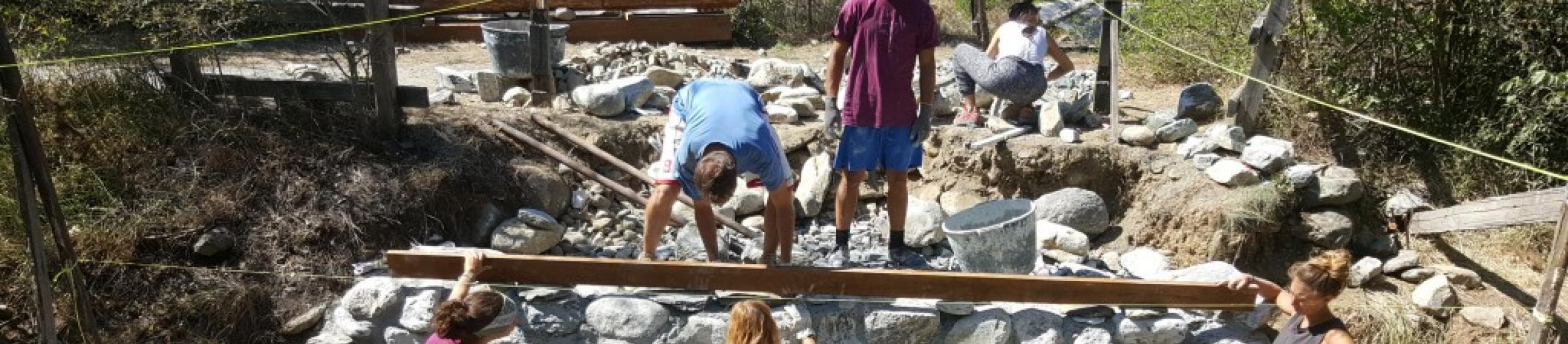 News: Progettisti e operai, a tiglieto il ponte per la badia rinato con i futuri architetti (video di tabloid)