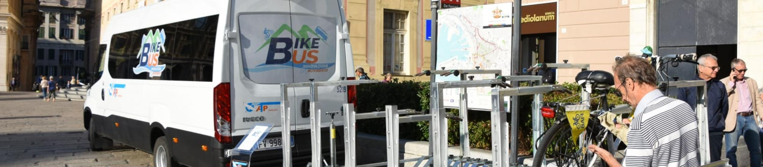 Il bike bus in piazza De Ferrari