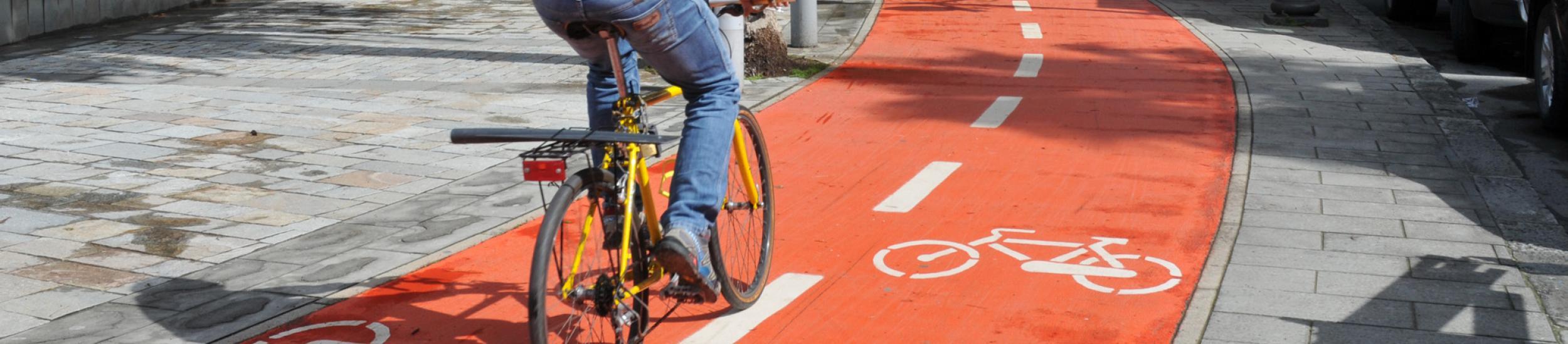 Ciclista sulla ciclabile di Sestri Levante