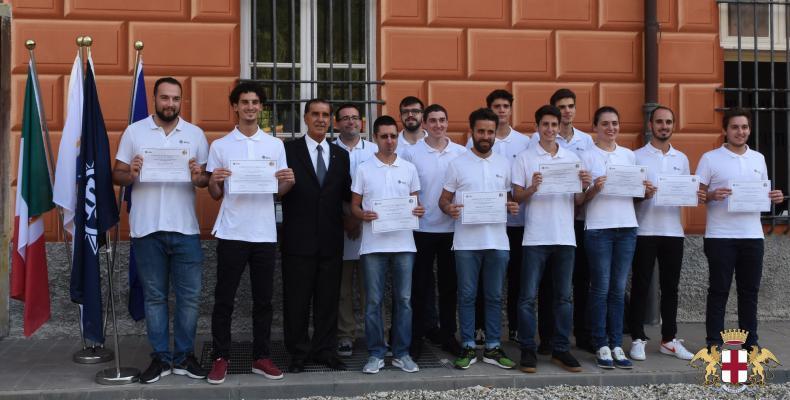 Accademia Italiana Marina Mercantile, i ragazzi mostrano con orgoglio il diploma