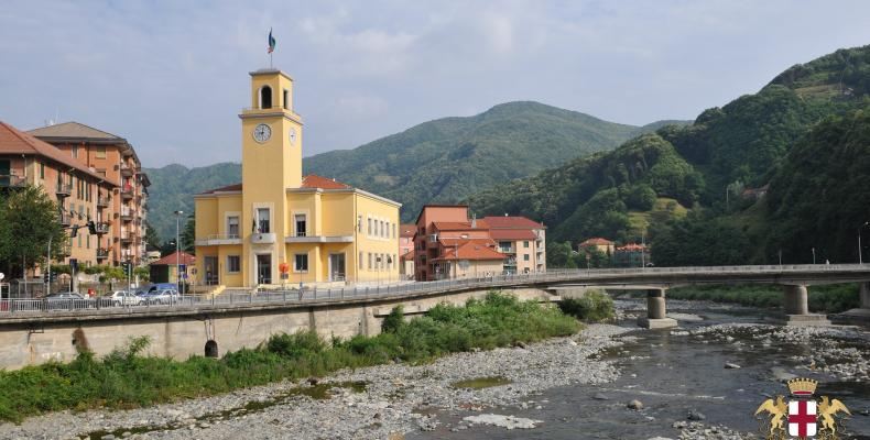 Campo Ligure, sede del municipio e torrente Stura