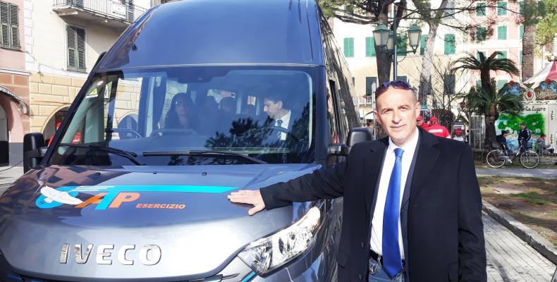 Claudio Garbarino con un bus elettrico a Santa Margherita Ligure.