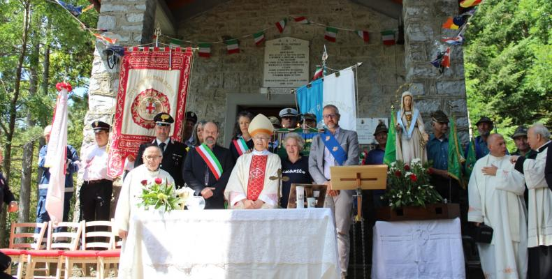 La Cerimonia davanti alla chiesetta
