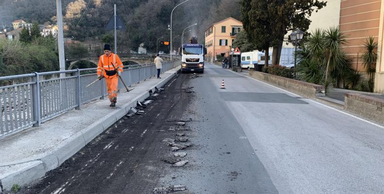lavori di asfaltatura eseguiti all'ingresso di Recco