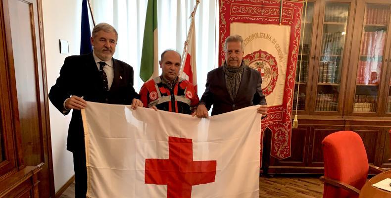 La consegna della bandiera della Croce Rossa al Sindaco Metropolitano Marco Bucci