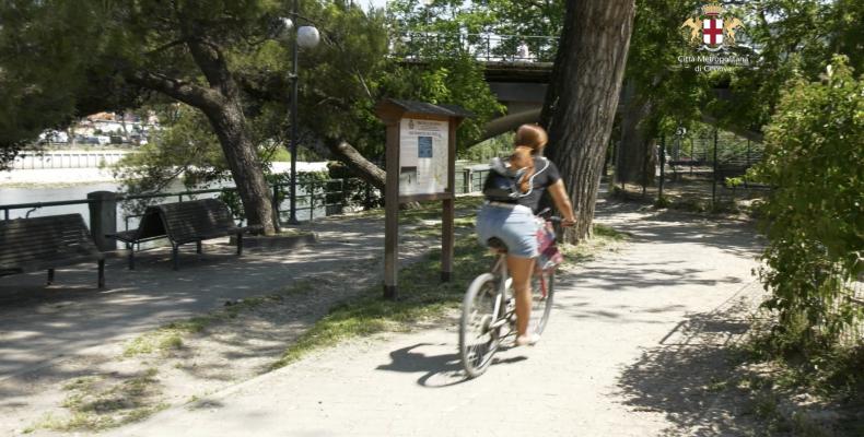 una ciclista sulla ciclabile di Chiavari