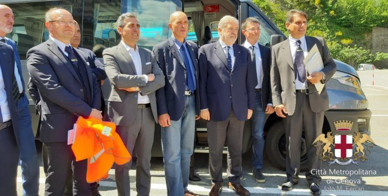 Il sindaco Bucci, il Consigliere Garbarino ed i funzionari di ATP ed Iveco Altra con un bus elettrico