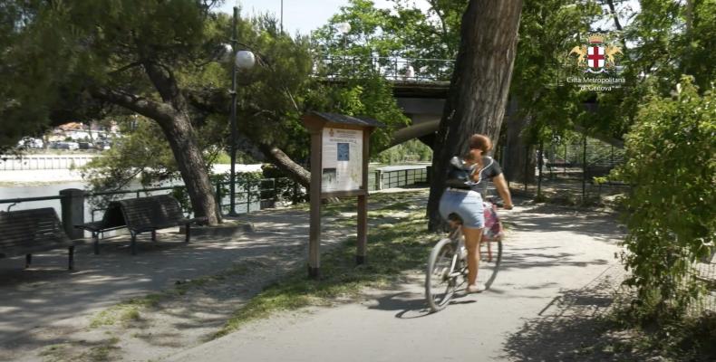 una ciclista sulla ciclabile lungo l'Entella.