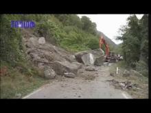 Caduta masso sulla SP10 di Savignone